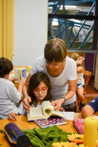 Irmã Luiza Rossetto, catequista, no dia da entrega das Bíblias aos catequizandos.