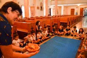 Irmã Lourdes Dalbosco durante atividade de celebração da Páscoa com uma turma da Educação Infantil