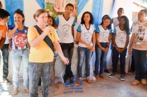 Irmã Cristina Backes fala aos adolescentes no Maranhão, acompanhando os estudantes do Colégio Notre Dame no projeto Jovens Missionários Notre Dame.